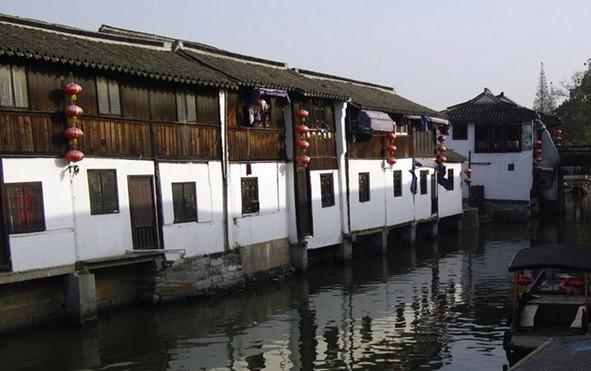 南京市旅行社周边古镇旅游线路推荐: 古镇西塘 位于浙江省嘉兴市嘉善县,距嘉善县城11公里,是一座已有千年历史文化的古镇。早在春秋战国时期就是吴越两国的相交之地,故有吴根越角和越角人家之称。到元代初步形成市集。西塘与其他水乡古镇最大的不同在于古镇中临河的街道都有廊棚,总长近千米,就像颐和园的长廊一样。在西塘旅游,雨天不淋雨,晴天太阳也晒不到。西塘其实还是一个相对人少的旅游景点,因为不是很大,所以旅行团一般都会在上午或者下午到访。自由行的游客到西塘的最佳时间为傍晚四五点钟,安顿好住宿后就可以尽情游览了。